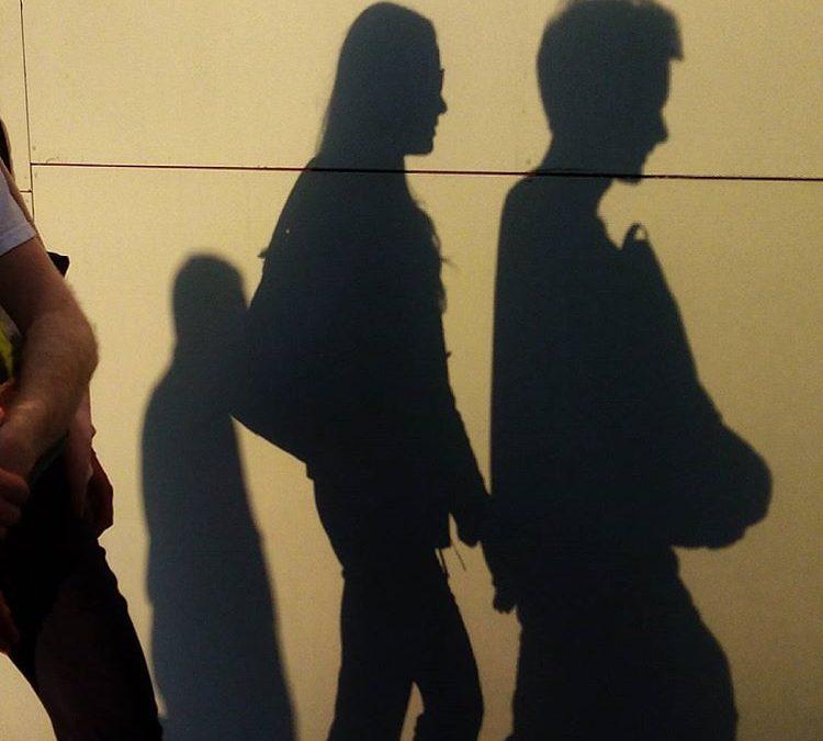 Mi sombra acaricia la tuya