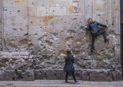 Chicas valientes a la hora del patio. Plaça Sant Felip Neri
